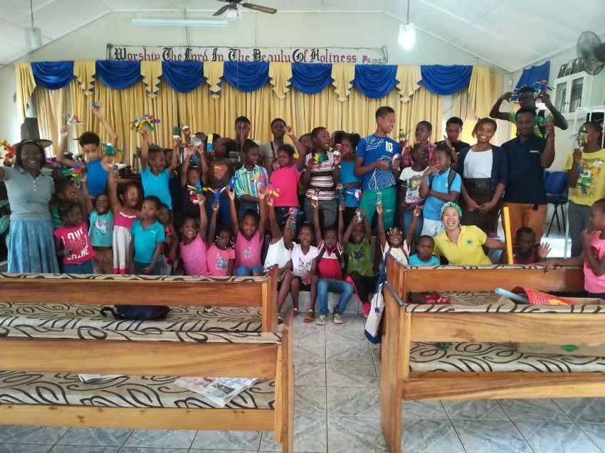 地域の教会で夏休み中の子供を預かるサマースクールに出張授業へ。カラフルに塗ったペットボトル風車に喜ぶ子供たち